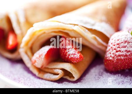 Des crêpes et des fraises Banque D'Images