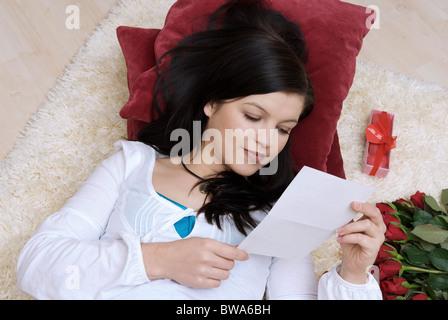 Jeune femme lisant une lettre d'amour Banque D'Images