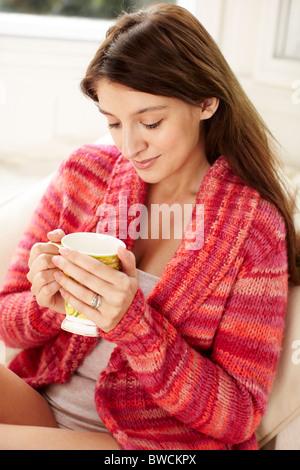 Femme assise seule penser Banque D'Images