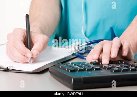 Médecin de pair avec stylet sur le papier vierge pendant le travail Banque D'Images