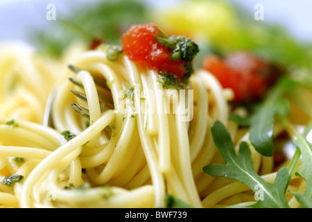 Un plan macro de spaghetti fit tourner autour d'une fourchette Banque D'Images