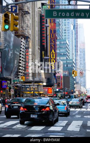 USA, New York, Manhattan, les voitures traversant Broadway à feu vert est le long voyage dans la 42e Rue Theatre Banque D'Images