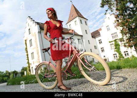 Vélo rétro extérieur femme en riant rire flaques bicyclette location vélo location de vélo Banque D'Images