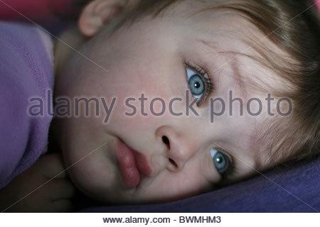 Un gros plan du visage d'un enfant de 2 ans avec de grands yeux bleus. Banque D'Images
