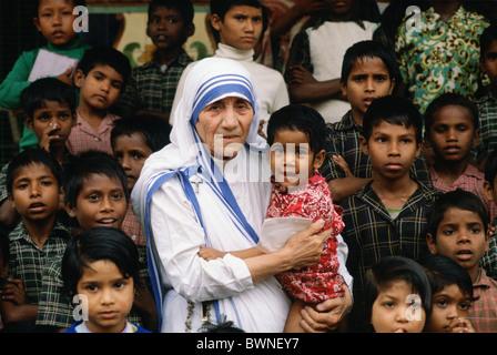 Mère Teresa accompagnée d'enfants de sa mission à Calcutta, Inde Banque D'Images