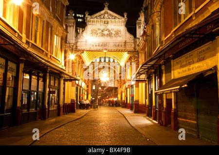 Vieux allumé Street à Londres la nuit Banque D'Images
