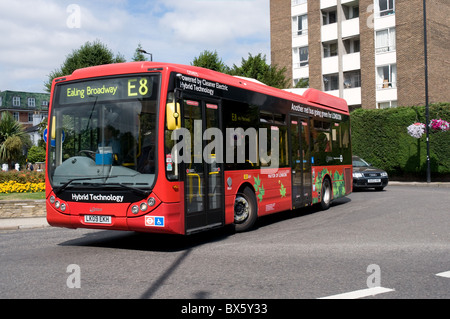 Un seul autobus hybride de pont en direction de Ealing, à l'ouest de Londres. Le bus est construit par Optare et Banque D'Images