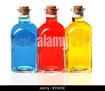 Bleu, rouge, jaune bouteilles Banque D'Images