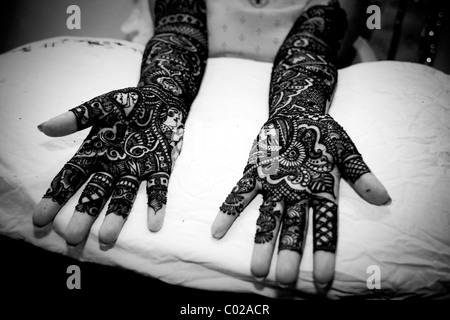 Une Indienne mariée avec ses mains au henné peints à New Delhi en Inde. Banque D'Images
