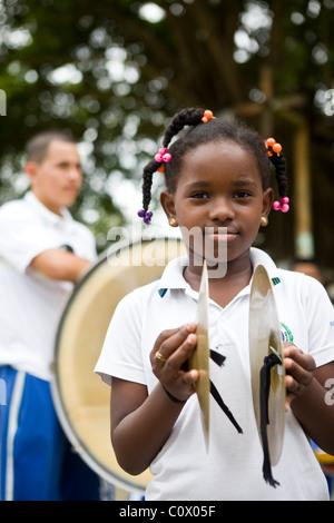 Les enfants de la Colombie jouant des instruments de musique. Le projet a été financé par les exportations de bananes Banque D'Images