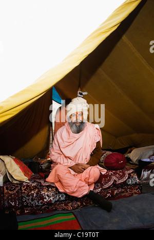 Sadhu assis dans une tente, Haridwar, Uttarakhand, Inde Banque D'Images