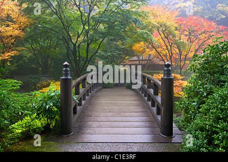 Pont en bois au jardin japonais de Portland en Oregon à l'automne Banque D'Images