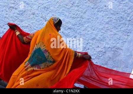 L'Inde, Rajasthan, séchage des bandes de coton pour la fabrication de Sari Banque D'Images