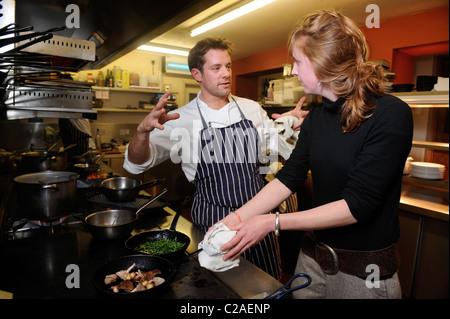Chef Matt Tebbutt demande à un membre d'une excursion de recherche leur cuisson ingrédients sauvages au restaurant Banque D'Images