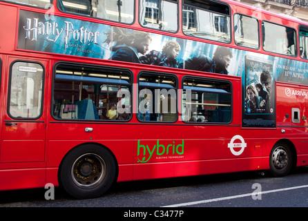Autobus à hybride dans le centre de Londres Banque D'Images