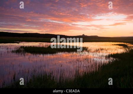 Coucher du soleil reflétée dans Bunduff Lough, Mullaghmore, Comté de Sligo, Irlande. Banque D'Images