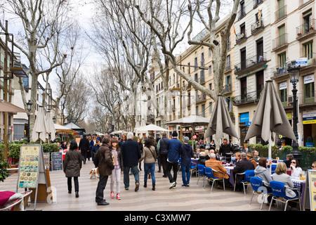 Cafés et restaurants en plein air sur La Rambla (Las Ramblas) au début du printemps et la fin de l'hiver, Barcelone, Banque D'Images