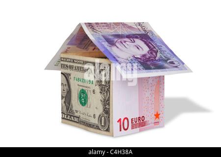 Photo d'une maison faite à partir de la livre britannique, le dollar US et les billets en euros, isolé sur blanc Banque D'Images