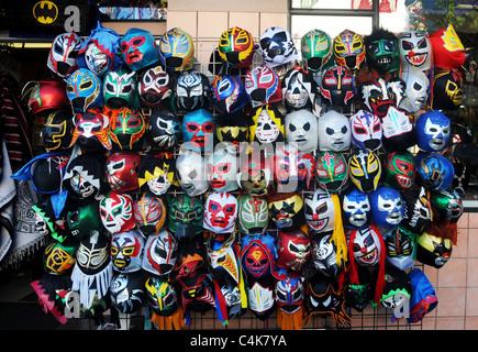 Avis de masques de catch mexicain en vente dans une boutique dans le Mission District de San Francisco, Californie, Banque D'Images