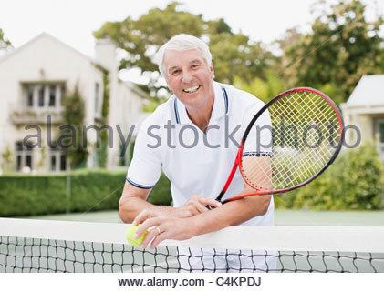 Man avec raquette et balle de tennis sur Banque D'Images