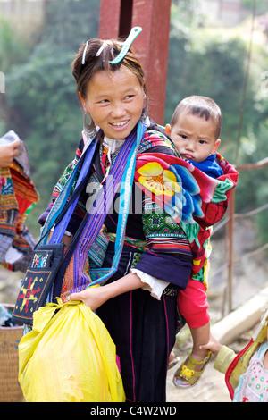 La minorité Hmong noir Ehtnic Femme portant enfant au Vietnam Banque D'Images