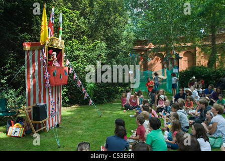 Punch et Judy Show à Binche fête du village Richmond Surrey. UK. 2011 2010s HOMER SYKES Banque D'Images