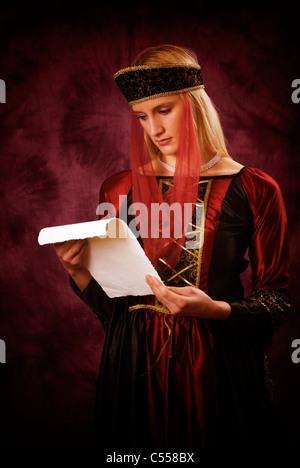 Femme lisant une lettre médiévale Banque D'Images