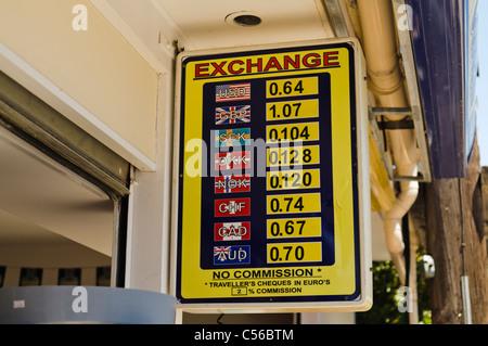 Les taux de change sur un panneau Banque D'Images