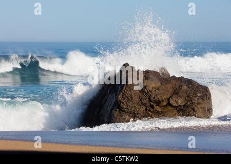 États-unis, Californie, écrasant les vagues sur la roche Banque D'Images