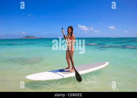 Belle fille polynésienne sur un stand up paddle board Banque D'Images