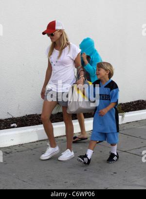 Reese Witherspoon et son fils Deacon Phillipe going shopping avant d'assister à l'anniversaire de Jennifer Garner, Banque D'Images