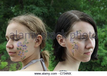 Un portrait de deux adolescentes avec leurs visages peints. Banque D'Images