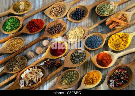 ' Escalade d'épices en cuillères en bois Banque D'Images