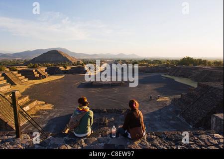 Les touristes à la pyramide du Soleil à Teotihuacan, UNESCO World Heritage Site, Mexique Banque D'Images