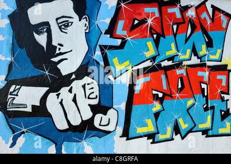 """Peinture murale appelée """"rester libre"""" sur le mur de Berlin à l'East Side Gallery à Berlin, Germany, Europe Banque D'Images"""