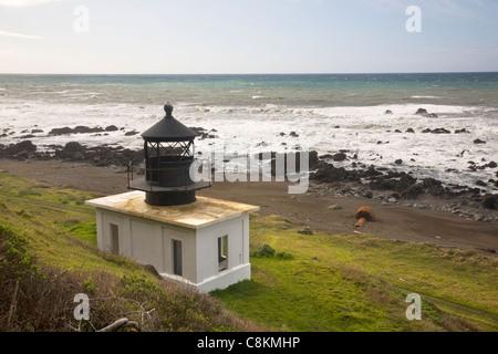 CA00921-00...CALIFORNIE - Ruines de l'ancien phare de Punta Gorda situé le long de la route côtière de la Californie Banque D'Images