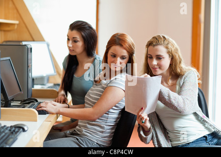Ses notes d'étudiants montrant sa camarade Banque D'Images