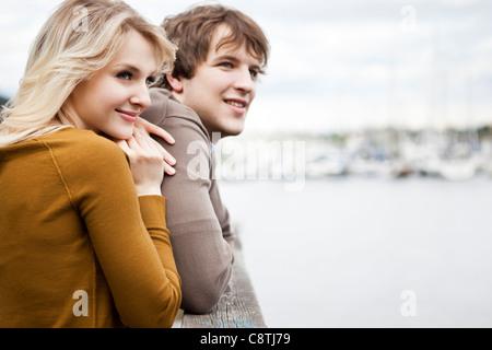 États-unis, Washington, Seattle, Young couple on pier Banque D'Images