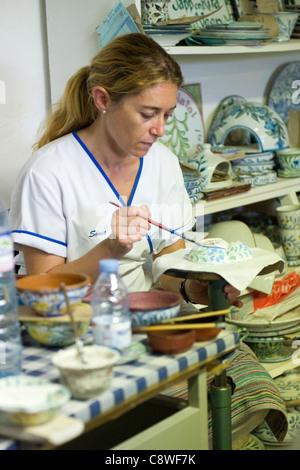 Le Portugal , Algarve , Olaria , Porches Pottery , belle dame blonde jeune peinture main bol avec motif floral pattern Banque D'Images