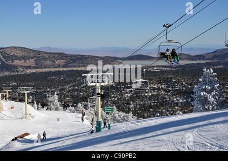 Pente de ski télésiège avec à piste à Big Bear Lake, montagnes San Bernardino, Californie, USA, Amérique Latine Banque D'Images