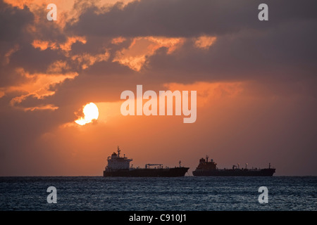 Les Pays-Bas, Oranjestad, Saint-Eustache, île des Antilles néerlandaises. Les pétroliers. Le coucher du soleil. Banque D'Images
