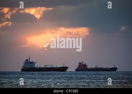 Les Pays-Bas, Oranjestad, Saint-Eustache, île des Antilles néerlandaises. Les pétroliers. Banque D'Images