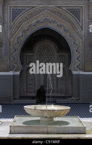 Cour de la mosquée Karaouine à Fès, au Maroc. Banque D'Images