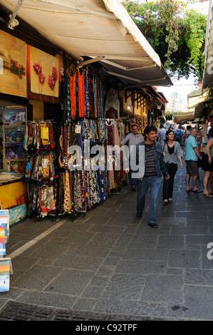 L'une des nombreuses rues animée dans la vieille ville de Rhodes Banque D'Images