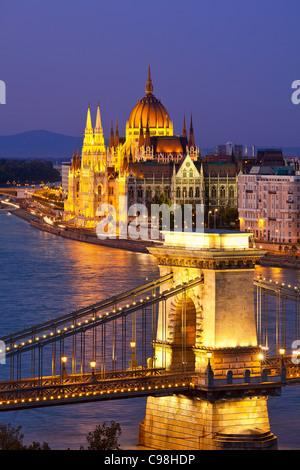 Budapest, le Pont des Chaînes sur le Danube et le bâtiment du parlement hongrois au crépuscule Banque D'Images