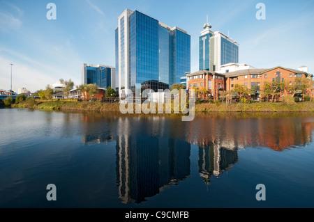 L'échange Quay édifices reflètent dans le Manchester Ship Canal à Salford, Manchester, Angleterre, RU Banque D'Images