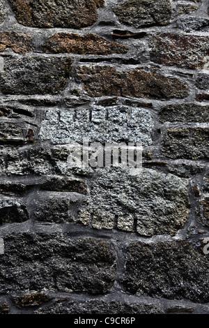 Des blocs de granit montrant marques d'outils de l'extraction dans les mines de la paroi interne du moteur , près Banque D'Images