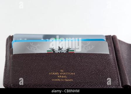 Un Louis Vuitton rempli de cartes de crédit Banque D'Images