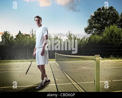 Homme debout sur un court de tennis Banque D'Images