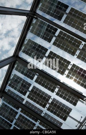 Sous une rangée de panneaux solaires sur un toit ouvert avec sky en arrière-plan Banque D'Images